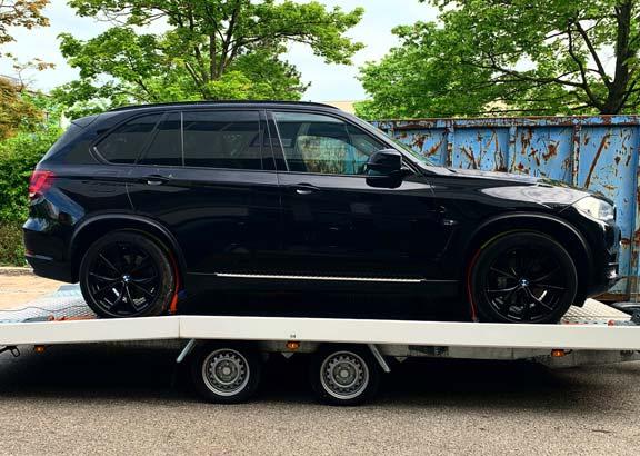BMW X Transport auf Anhänger