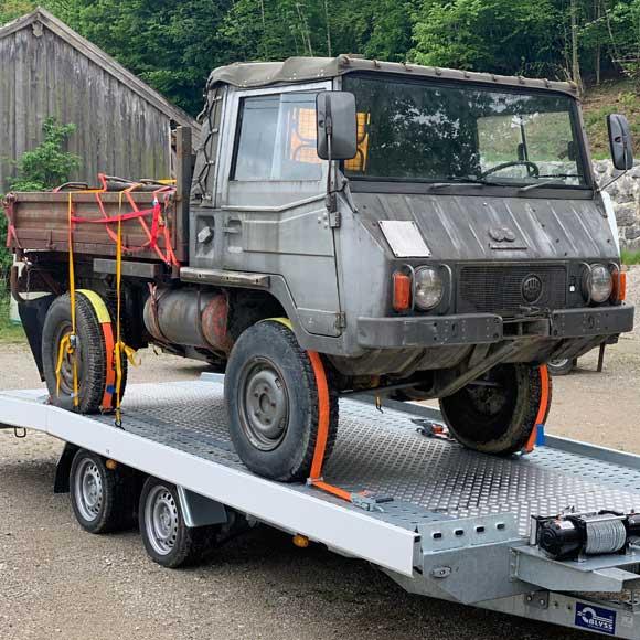 Transport altes Auto auf Hänger